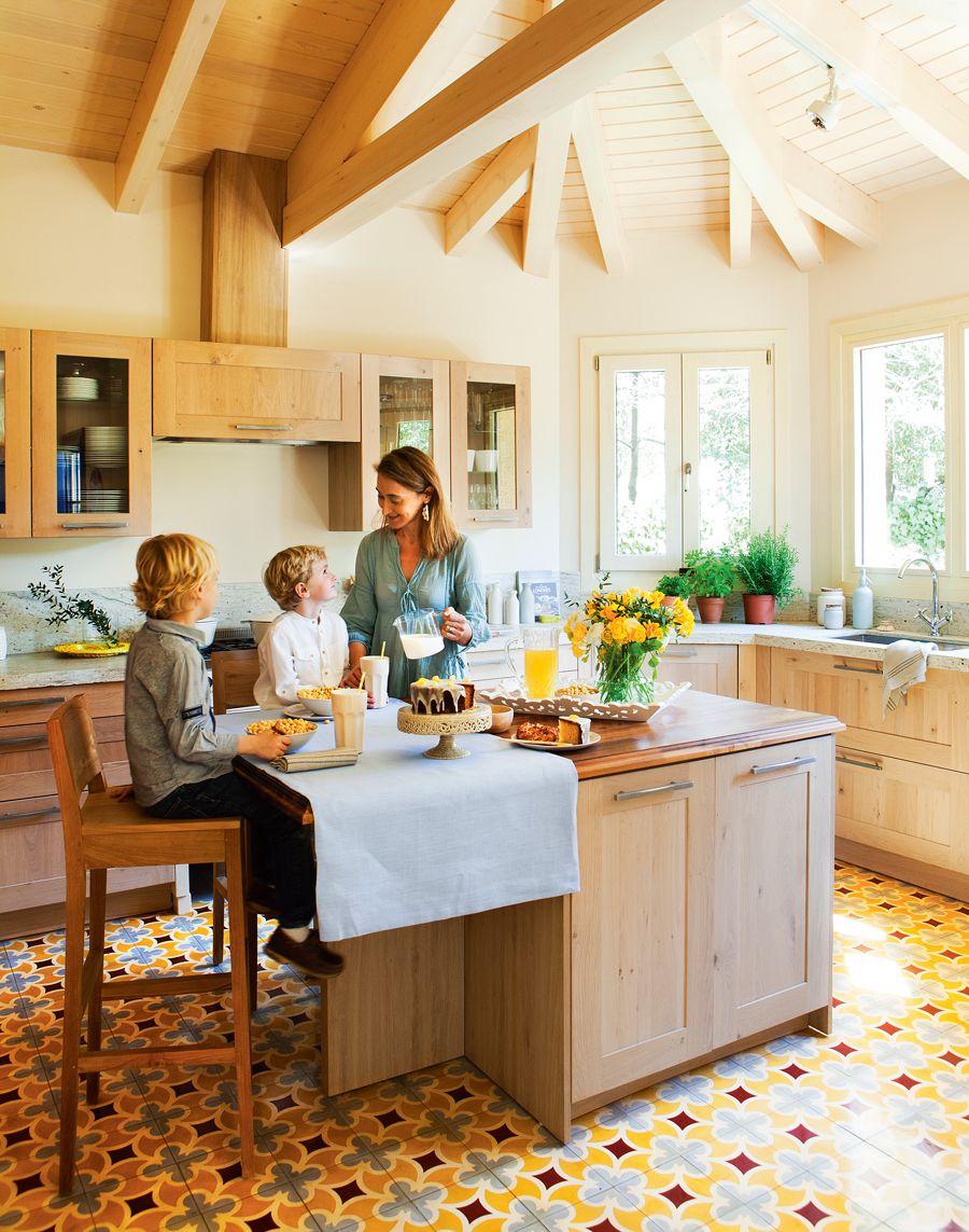 00389295. Cocina de madera con isla con barra y taburetes, y suelo ...