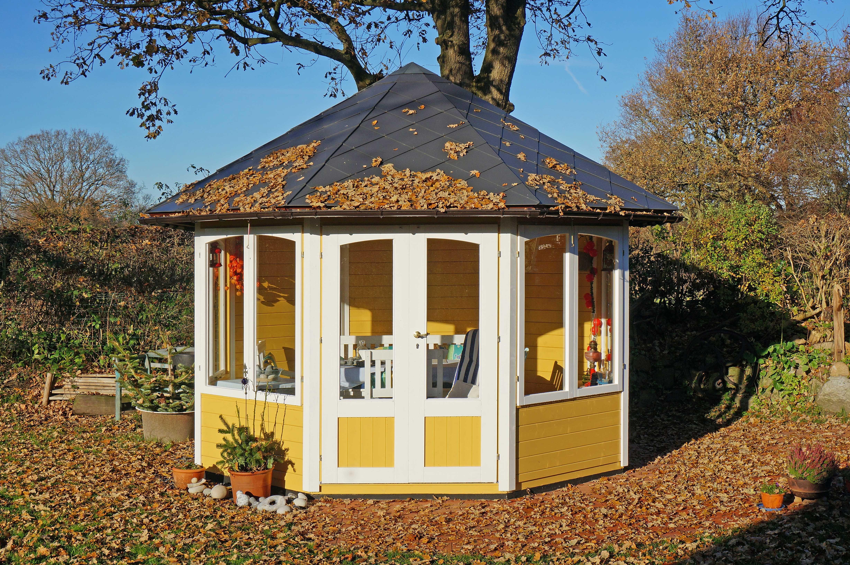 Gelb-weißer Gartenpavillon im Herbst - auch bei schlechterem Wetter ein Ort für gemütliche Stunden.
