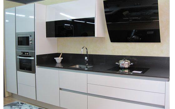 Cocina blanca brillo sin tirador campana negra columna for Encimera negra brillo