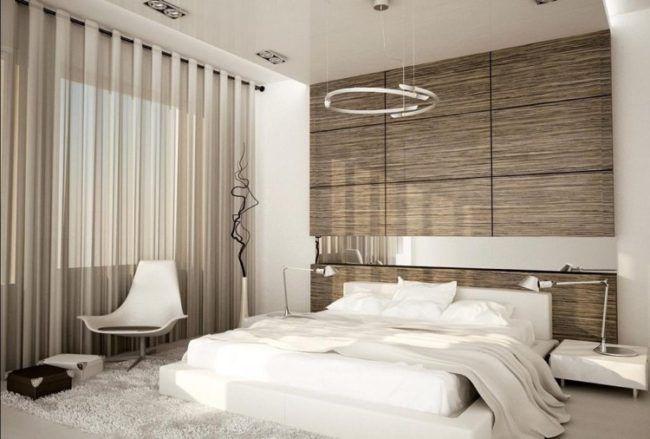 Schlafzimmer Weisses Bett Holzwand Spiegelstreifen Tageslicht