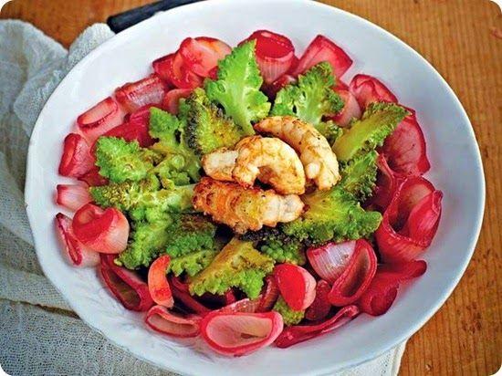 Fiori di scalogno in rosso con broccoli e scampi.