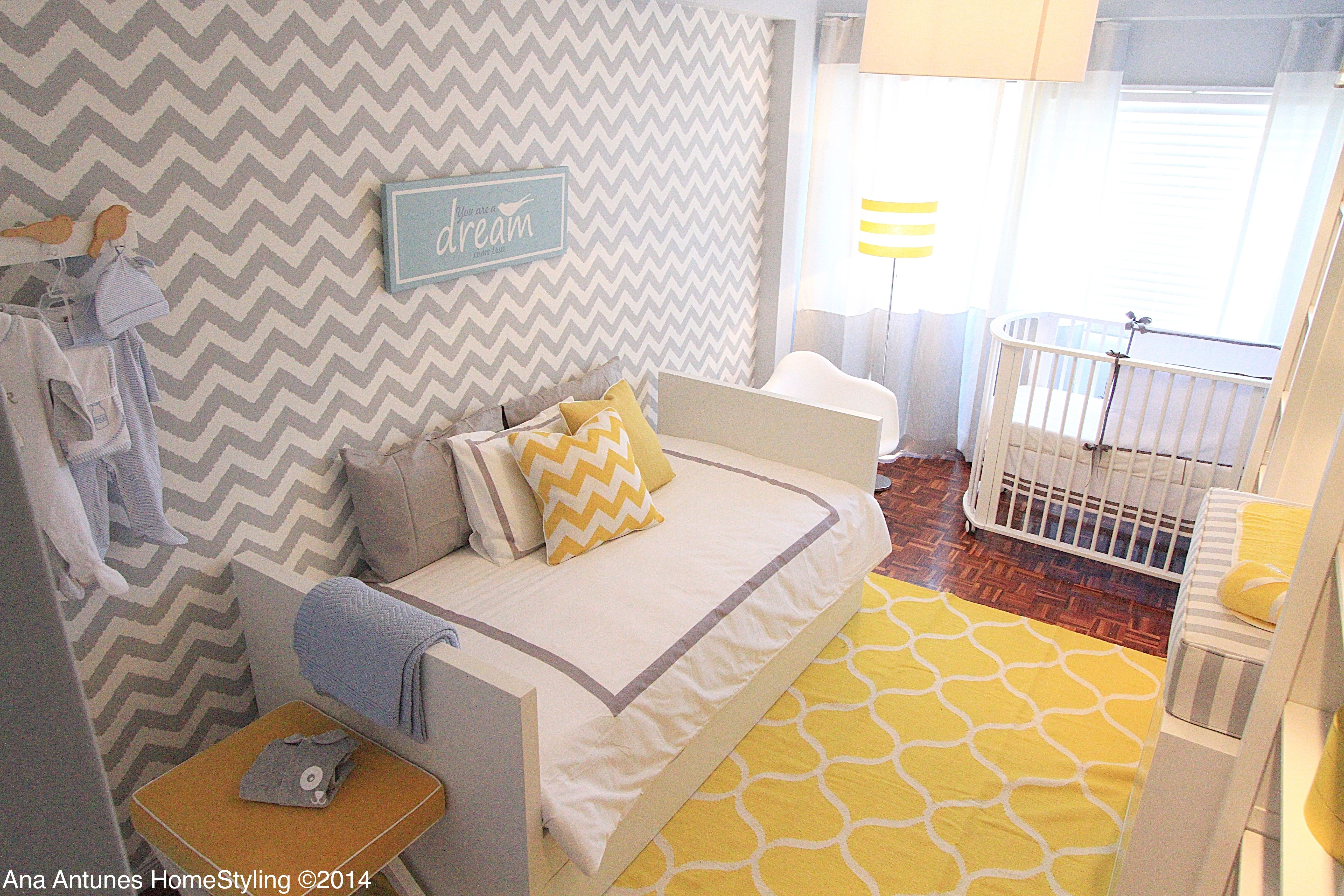 Ana Antunes | Quarto | Bedroom | Day-bed | Cushions | Rug | Berço | Cot | Yellow | Grey | Chevron Wallpaper | Yellow Rug | Home | Interior | Design