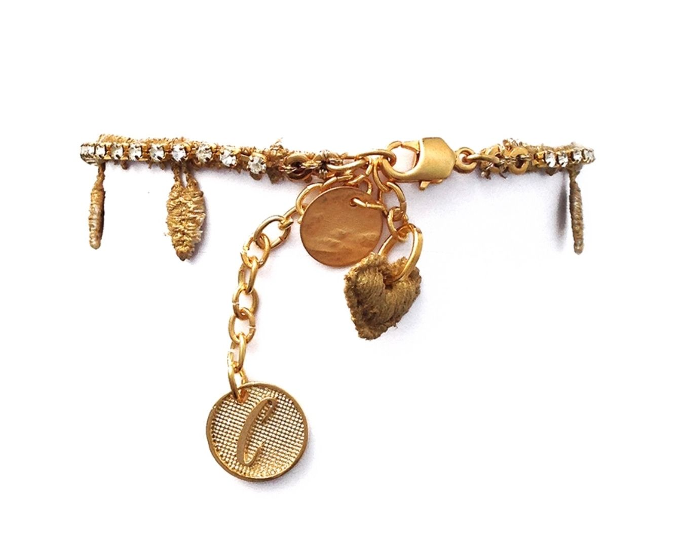 CUSPID Fina pulsera con hojitas y cristales de imitación. La parte de atrás tiene tres colgantes y uno en forma de corazón de encaje. #Vintage #style #fashion