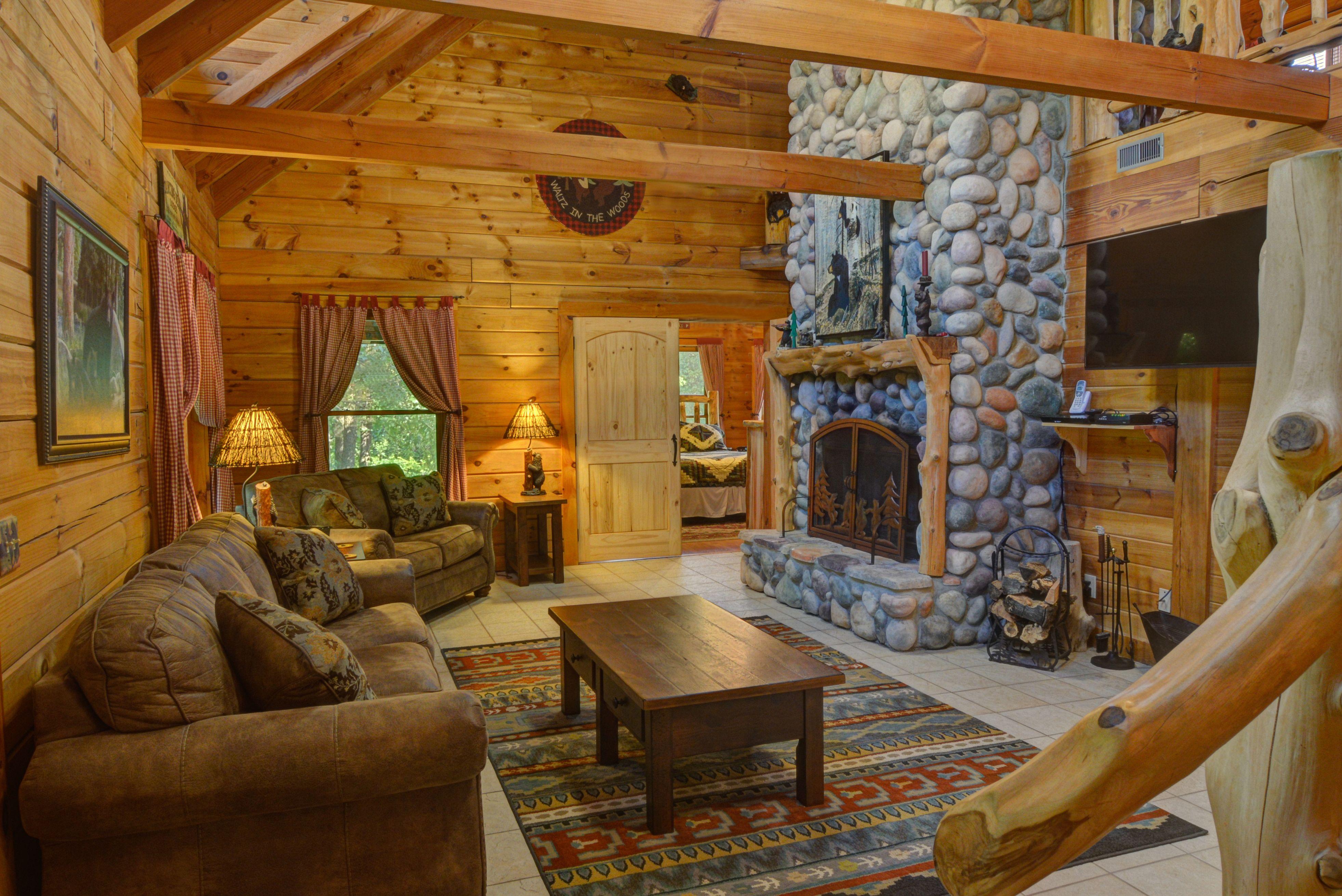 Dancing Bear Lodge - 4 bed / 2-1/2 bath log cabin: living