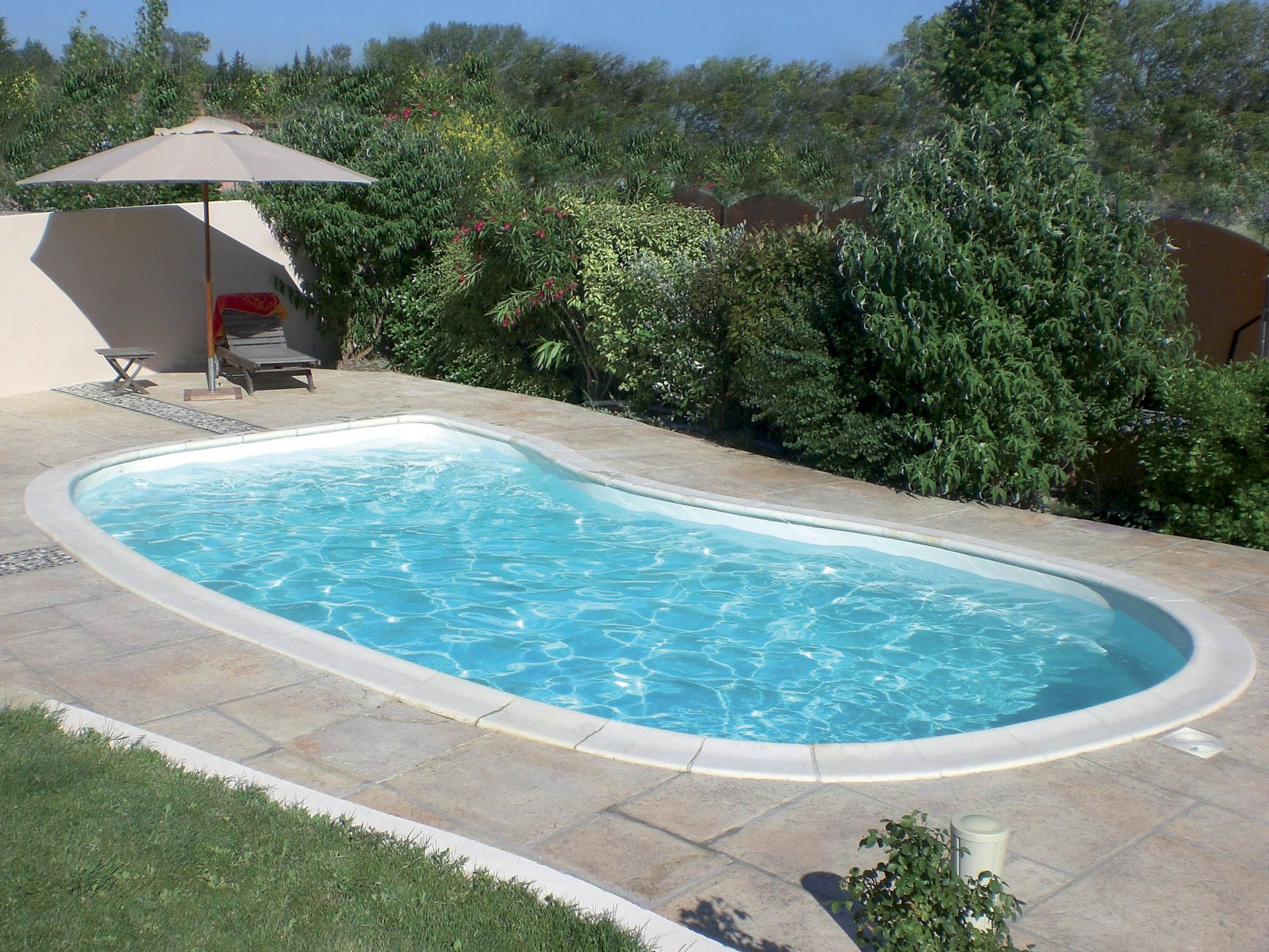 Piscine coque polyester ovation piscine haricot for Piscine coque fond plat