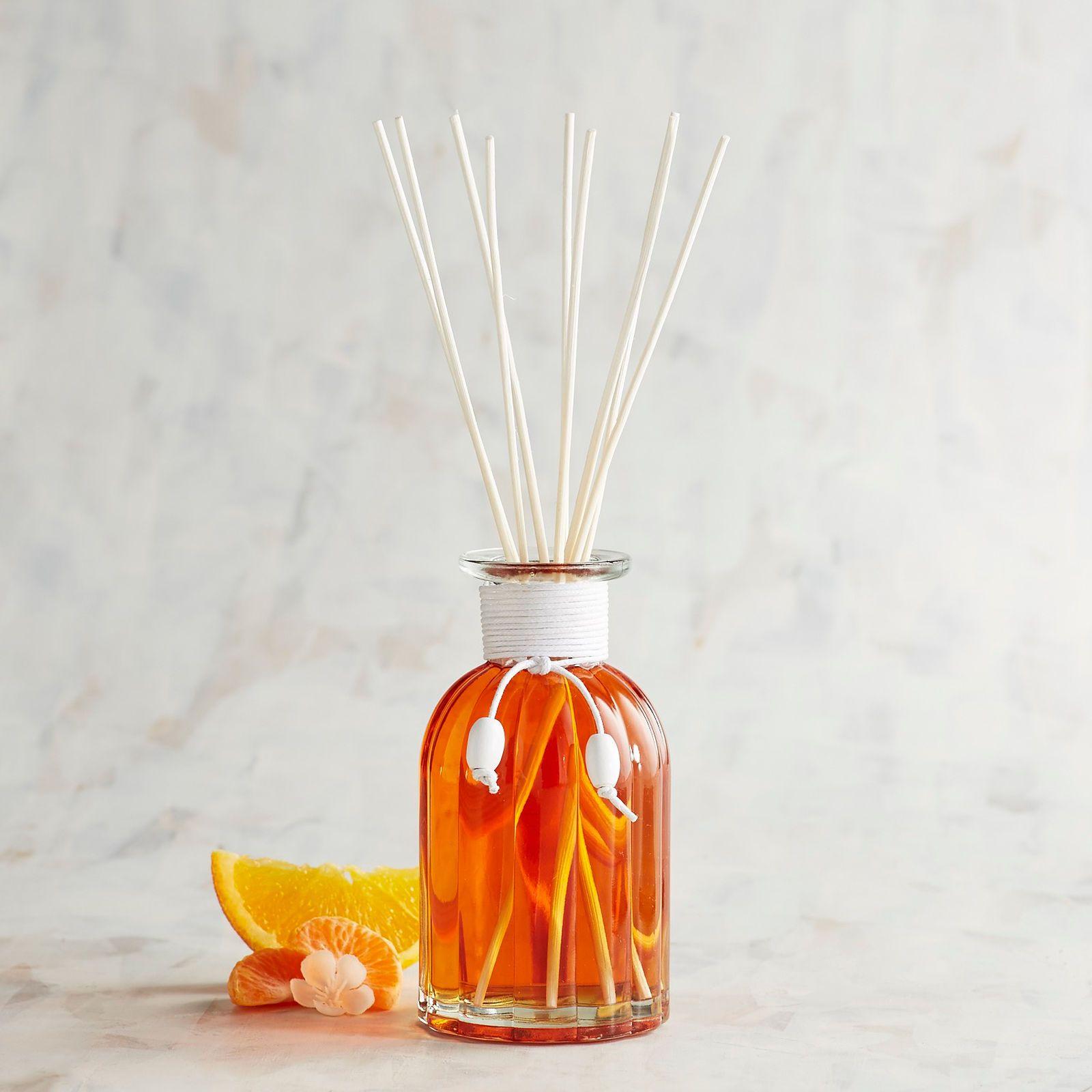 A bright fruitfilled scent that blends grapefruit