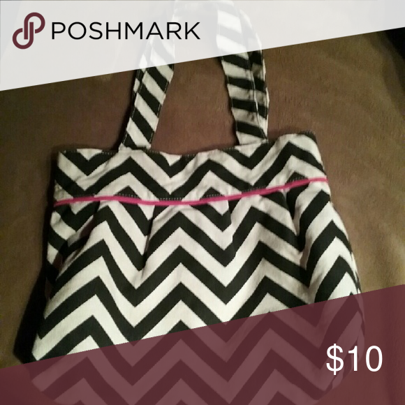 Cute chevron tote Gently used chevron tote Bags Totes