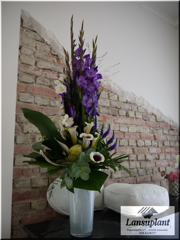 Een Bloemstuk Gemaakt Van Paarse Gladiolen En Paars Witte Callas