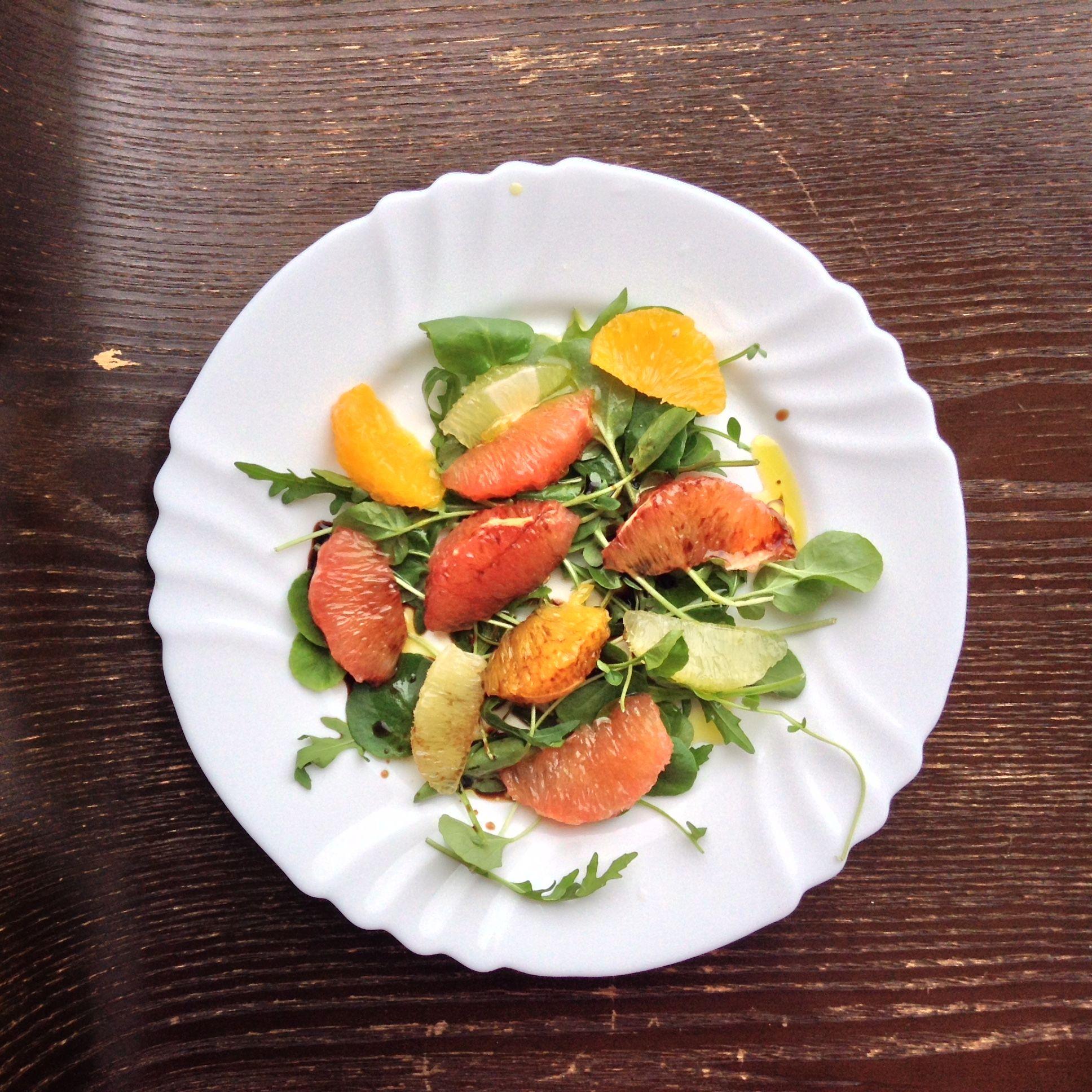 Toranja, Limão e laranja em cama de Rúcula e Agrião, temperados com azeite extra virgem e vinagre balsâmico. Uma delicia adquada à época