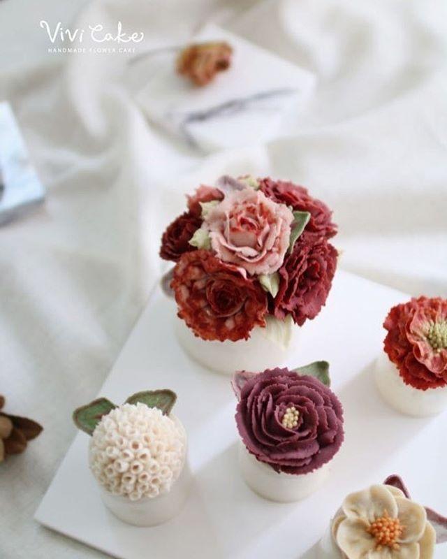 Rice cake class. White Bean paste flower. Made by_student . .  Vivi cake vivicakeclass@gmail.com . . .  #flowercake #korea #design #cake #cupcakes #flowercakeclass #cakeclass #flowers #riceflower #koreaflowercake #koreanflowercake #piping #rice #riceflowercake #wilton #wiltoncake #ricecakeflowercake #koreanbuttercream #flowers #baking #beanpaste #beanpasteflower #seoul #hongdae #cakeicing #플라워케이크 #떡케이크 #Ricecake #vivicake #앙금플라워 #앙금플라워떡케이크