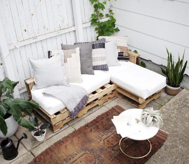 Idee palette deco balcon balcons appartements terrasses idee deco mobilier dextérieur palette canapé en palettes coussins dextérieur pour salon