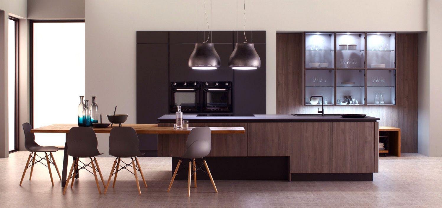 cuisine noir mat et bois naturel meuble haut vitre evier et plaque sur ilot