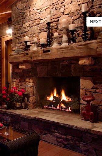 Al calor del fuego de una chimenea de piedra Fire places