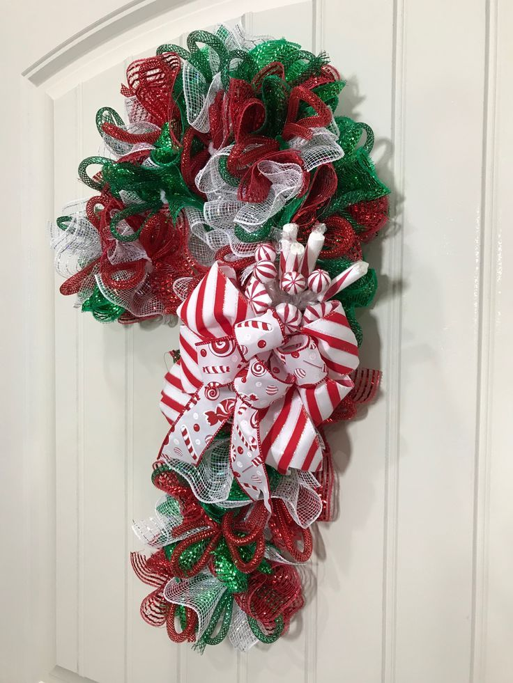 Watch me make a candy cane wreath out of 5.5-inch decorative mesh. Everyone always has   Candy cane wreath tutorial. Candy cane wreath diy ...