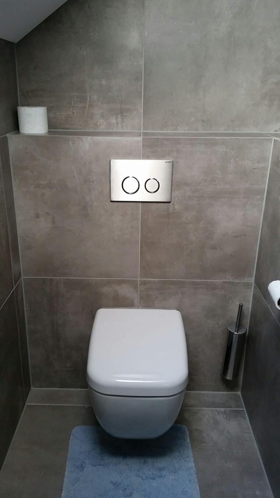 Betonlook tegels van 60x60cm zijn op zowel wand als vloer toegepast ideeen voor in huis - Tegel model voor wc ...