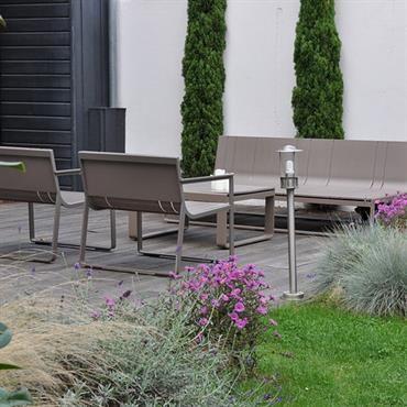 Jardin de ville paysagé avec salon de jardin design   Déco & Enfants ...