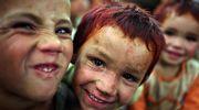 Lapset hymyilevät kameralle afganistanilaisella Darul-Amanin pakolaisleirillä.