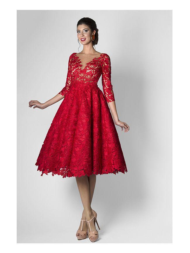 5471a8811 Vestido en guipur floreado de volúmenes infinitos e insinuantes  transparencias que muestran una mujer dulce
