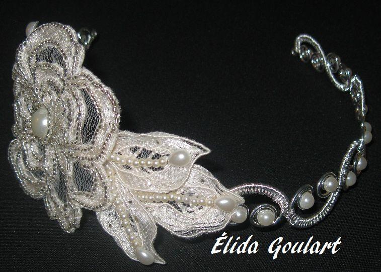 Tiara de metal com renda e pérolas Élida Goulart (031)99191.8404