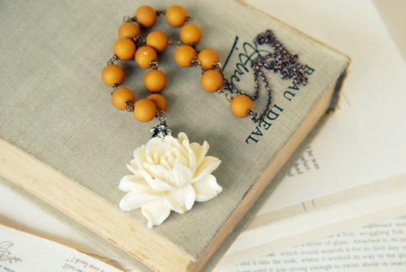 perle senape e ciondolo fiore bianco