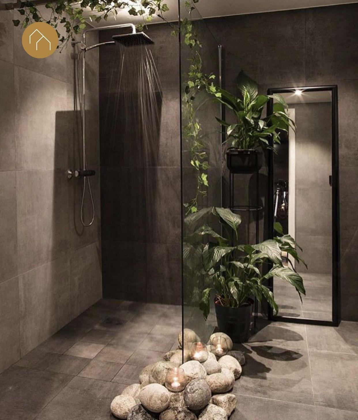 Hele stoere industriële badkamer inspiratie met inloopdouche en regendouche #badkamerinspiratie Antraciet zwarte wandtegels en vloertegels in een hele stoere badkamer! Te gek badkamer idee om zo veel planten in de badkamer te zetten. De inloopdouche is te gek aangekleed! Prachtige badkamer inspiratie. #skypejebadkamer #badkamerinspiratie