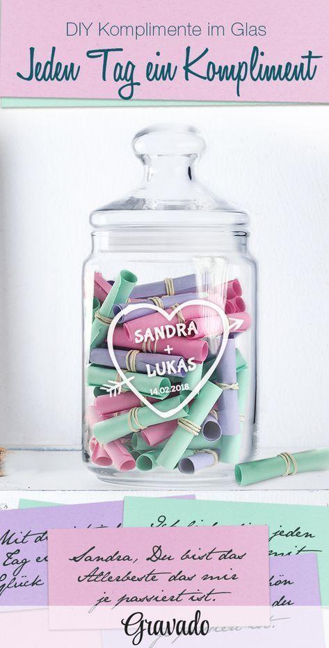Geschenke im Glas sind eine schöne Idee zu verschiedenen Anlässen. Dieses DIY Geschenk Komplimente im Glas ist schön als Geschenkidee zum Valentinstag oder zum Geburtstag. Unser schönes Bonbonglas mit Gravur eignet sich perfekt und wird personalisiert. Einfach aus verschiedenfarbigen Papieren kleine Lose basteln und mit Komplimenten oder einem süßen Spruch beschriften. So gibt es jeden Tag ein bisschen Liebe to go. Eine schöne Geschenkidee für den Freund, oder den Mann. Auch für Männer geeignet