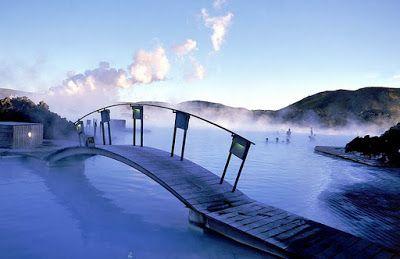 Blue Lagoon Hot Springs está rodeado de volcanes, se encuentra en Islandia, el agua se calienta por la actividad volcánica. Es magnífico sobre todo en invierno, con la nieve. A pesar de ello, el agua es siempre cálida.