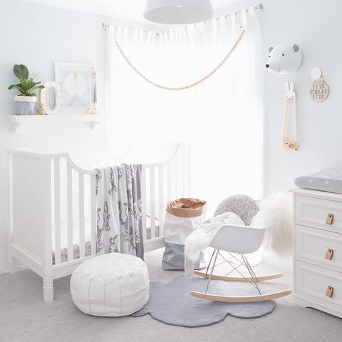 chambre de bebe tout en blanc sobri t design baby. Black Bedroom Furniture Sets. Home Design Ideas