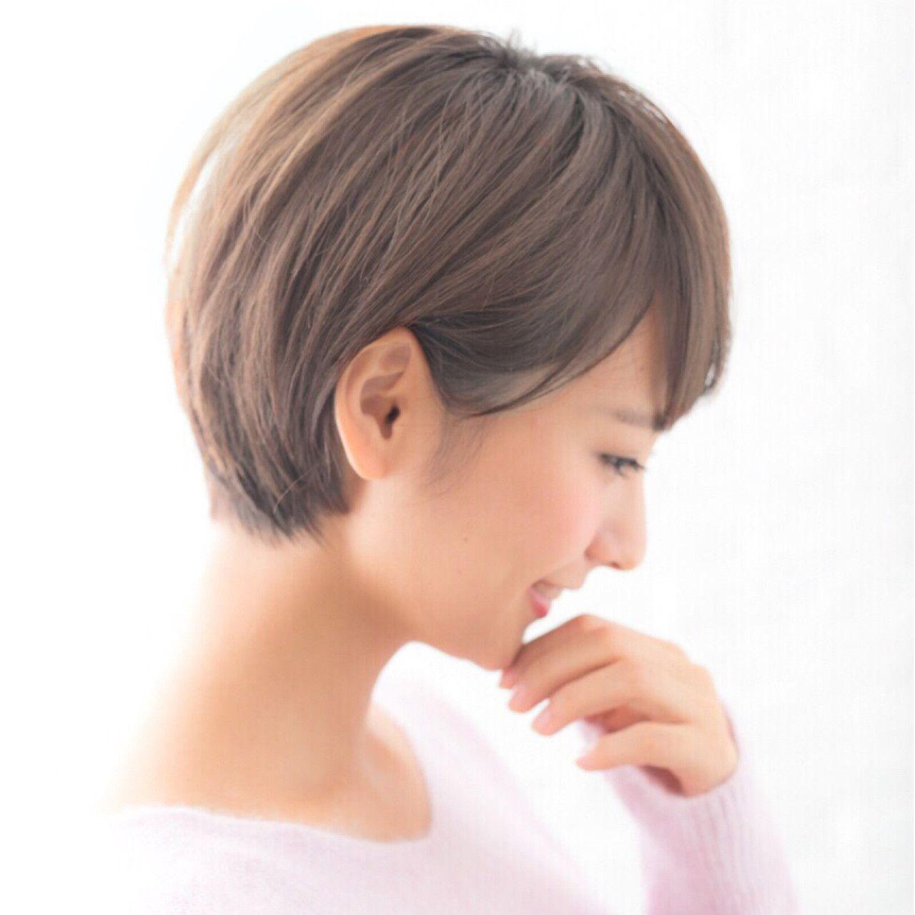 丸みが女性らしさを引き立たせる 大人可愛い耳かけショートヘア