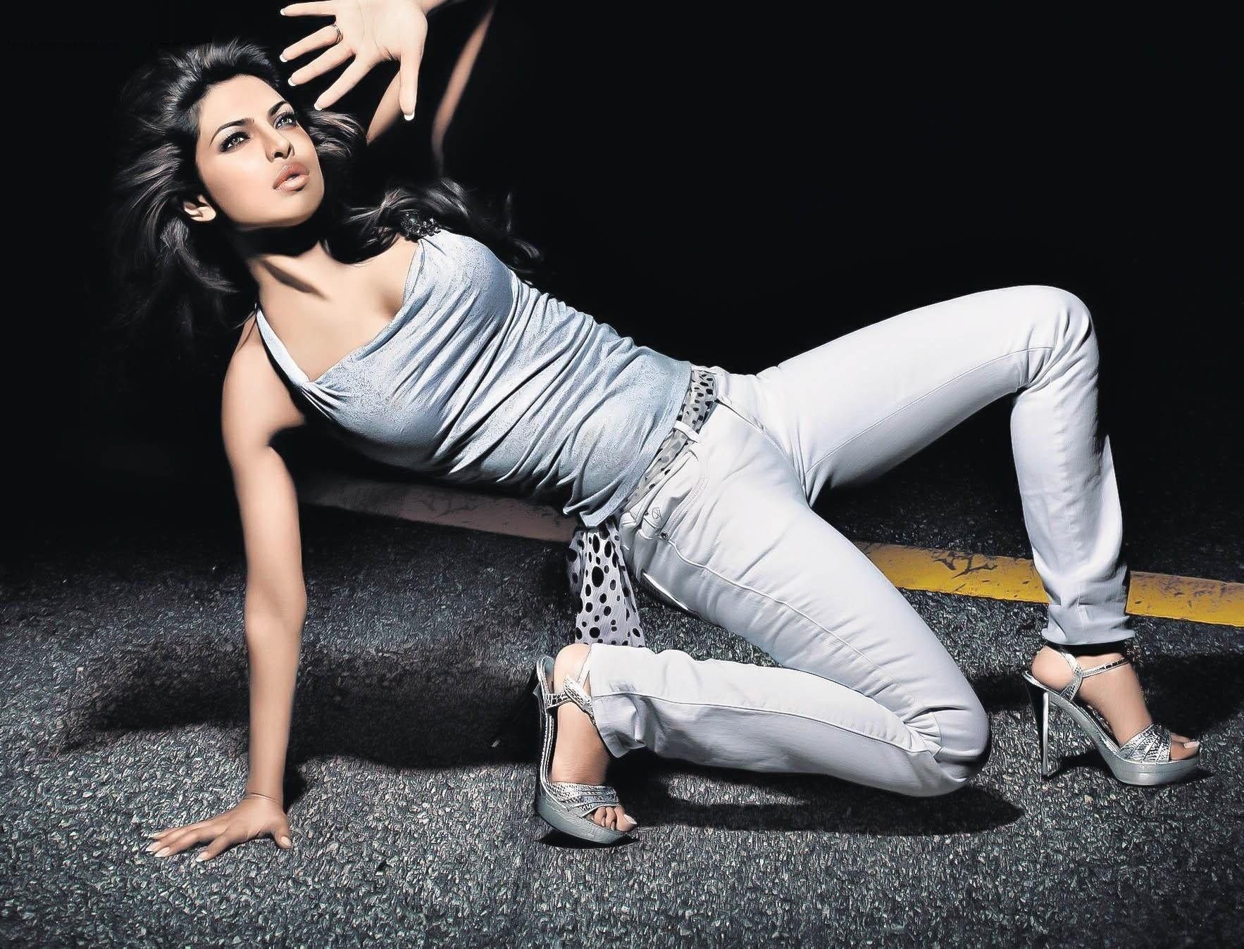 HD Quality Wallpaper of Beauty Queen Priyanka Chopra Best Path
