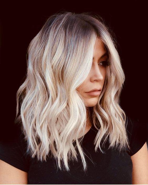 Oltre 40 stili per capelli biondi dal taglio corto a medio