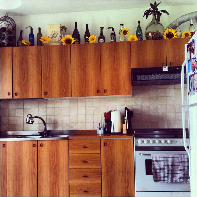 Wine bottles + sunflowers = effortless springtime kitchen decor ...