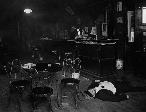 Fotografía de un asesinato común en bares clandestinos. A menudo situados bajo locales legales. #historia