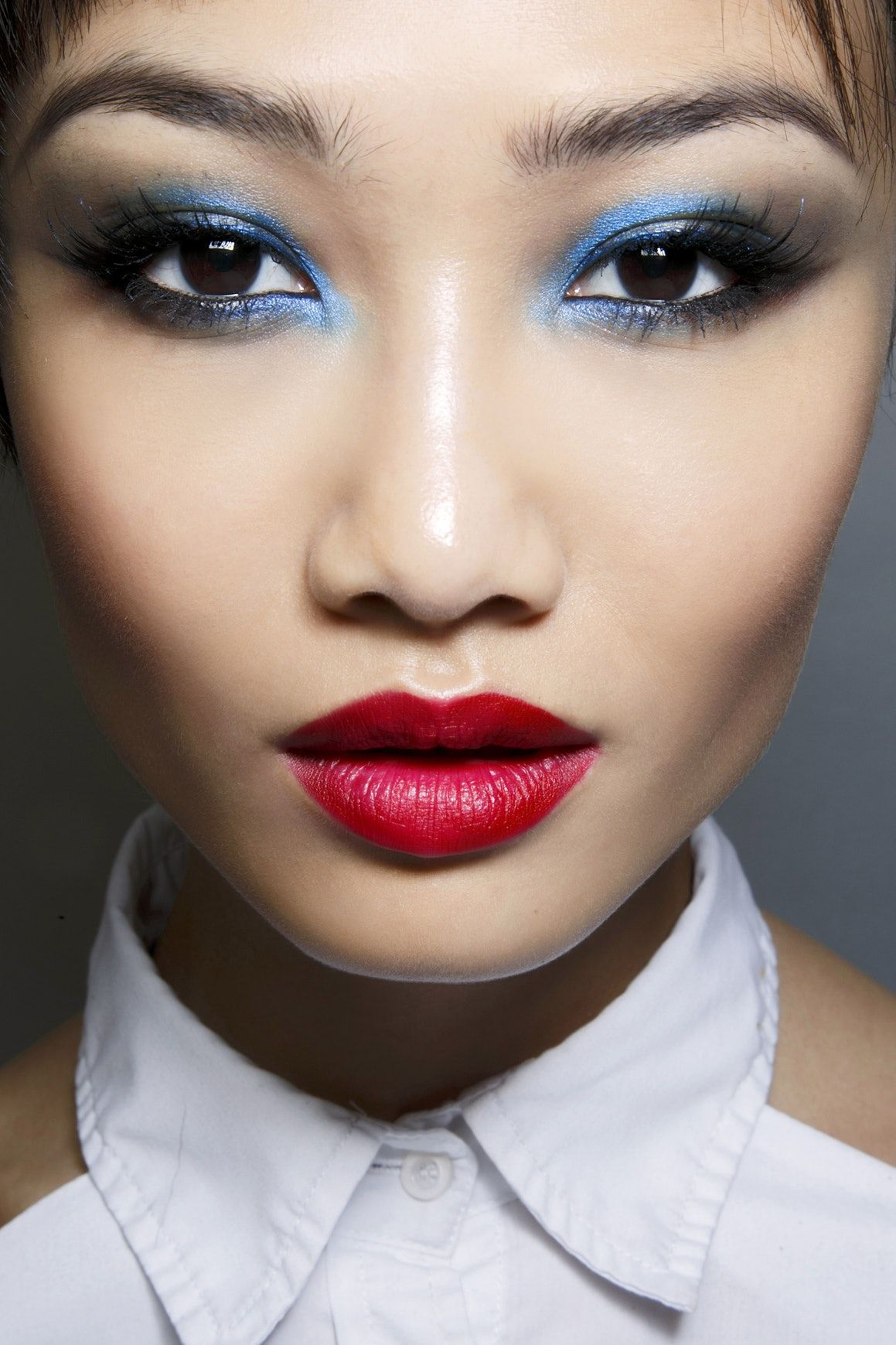 This Is How Fashion Girls Wear Blue Eyeshadow In December