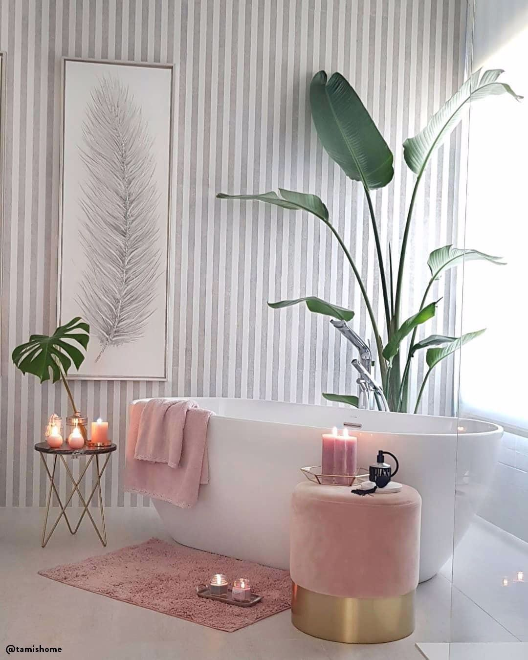 """Klein aber so oho! Dieser Hocker aus weichem Samt verwandelt jeden Raum sofort in eine Luxuslounge. Dabei sorgt nicht nur der Bezug in trendigen Juwelentönen für Eyecatcher-Garantie. Ein goldfarbener Fuß gibt dem Schmuckstück den Glamour-Feinschliff. Ob als Sitz-Pouf oder Beistelltisch – """"Harlow"""" ist eine rundum schillernde Erscheinung!  📷:@tamishome // Badezimmer Badewanne Deko Pouf Samt Hocker Rosa Blush Kerzen Pflanzen Romantisch Ideen #Badezimmer #Badewanne #Samt #Samtpouf #Pouf"""