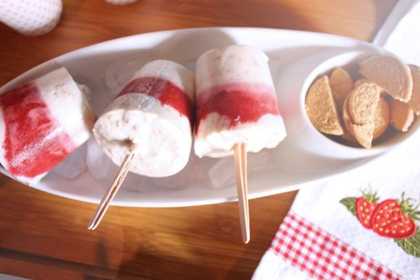 recipe deets here: http://www.lecheapcestchic.com/2012/07/kitchenin-strawberry-shortcake-popsicles.html