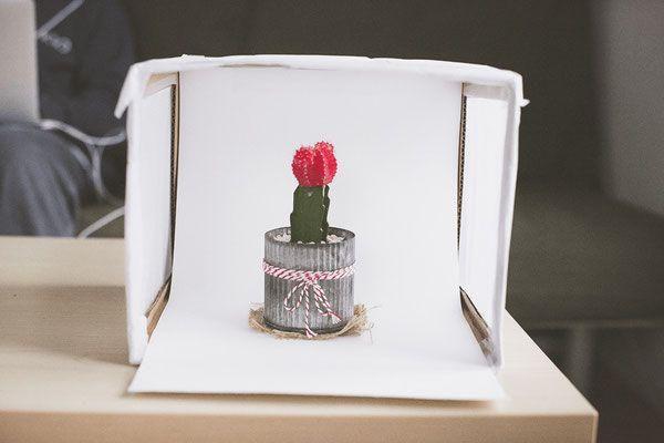Wir zeigen euch, wie ihr in 10 Minuten eine DIY-Lightbox baut und geben euch Tipps zur Bildbearbeitung eurer Produktfotos!
