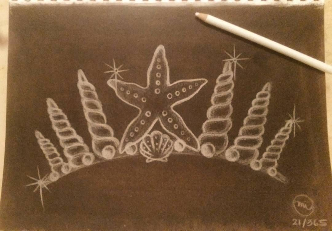 Black acrylic background with white colored pencil. ⚫⚪⬛⬜ #Mermie's crown Day 21/365 #artjournalchallenge  #inspire365 #MinnieIgneArt #mixedmediaartist #artist #artjournaling #artjournal #chalkboardart #blackandwhite #colorpencil #underthesea #mermiesonlandandsea #Mermaid #MermiesHawaii