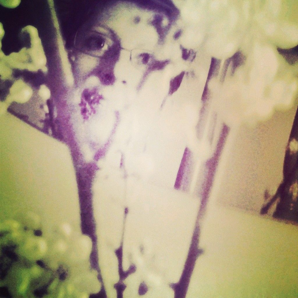Autoritratto primaverile con rami fioriti e specchio anni settanta