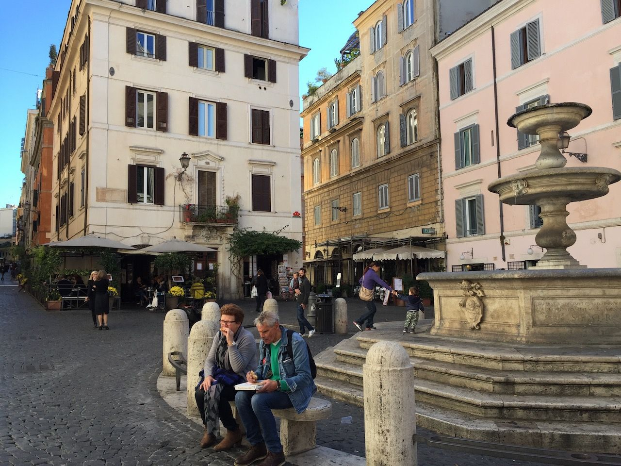 A vida na Piazza. #roma #rome #receitaitaliana #receitas #receita #recipe #ricetta #cibo #culinaria #italia #italy #cozinha #belezza #beleza #viagem #travel #beauty #piazza #praca #square #monti