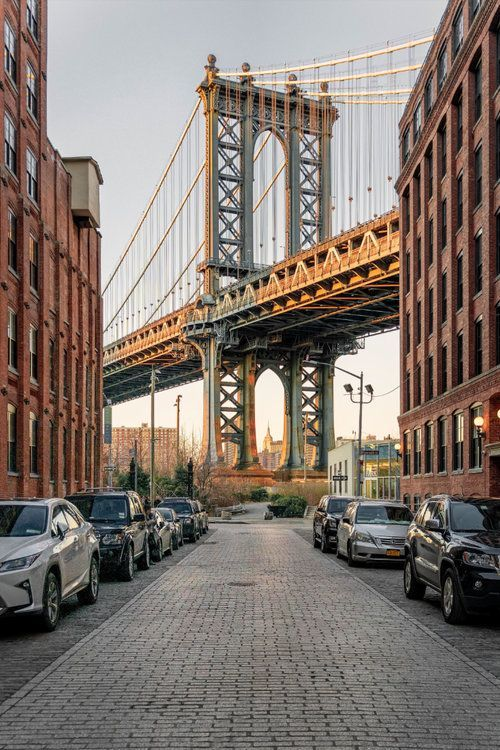 New York City is a travel photography heaven with so many iconic buildings and views that any travel photographer aspires to shoot. Read these tips and advice from a professional travel and landscape photographer on how he got his favourite shots of New York City and how you can too! #photography #travelphotography #city #newyork #manhattan #brooklynbridge| Blog by all the ways you wander | Travel to inspire