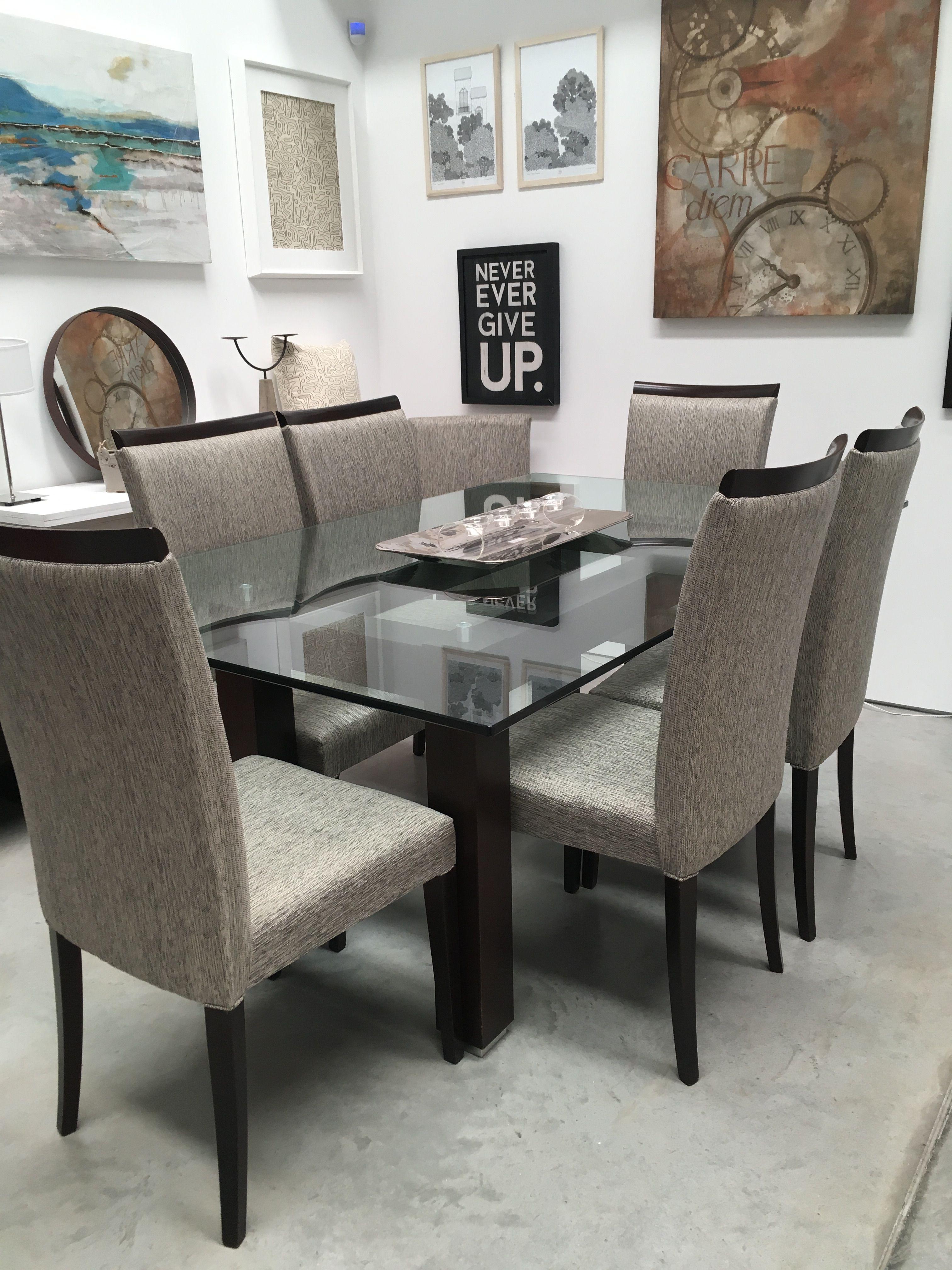 Mesa de comedor con patas de madera lustrada y tapa de for Mesas de cristal y madera para comedor