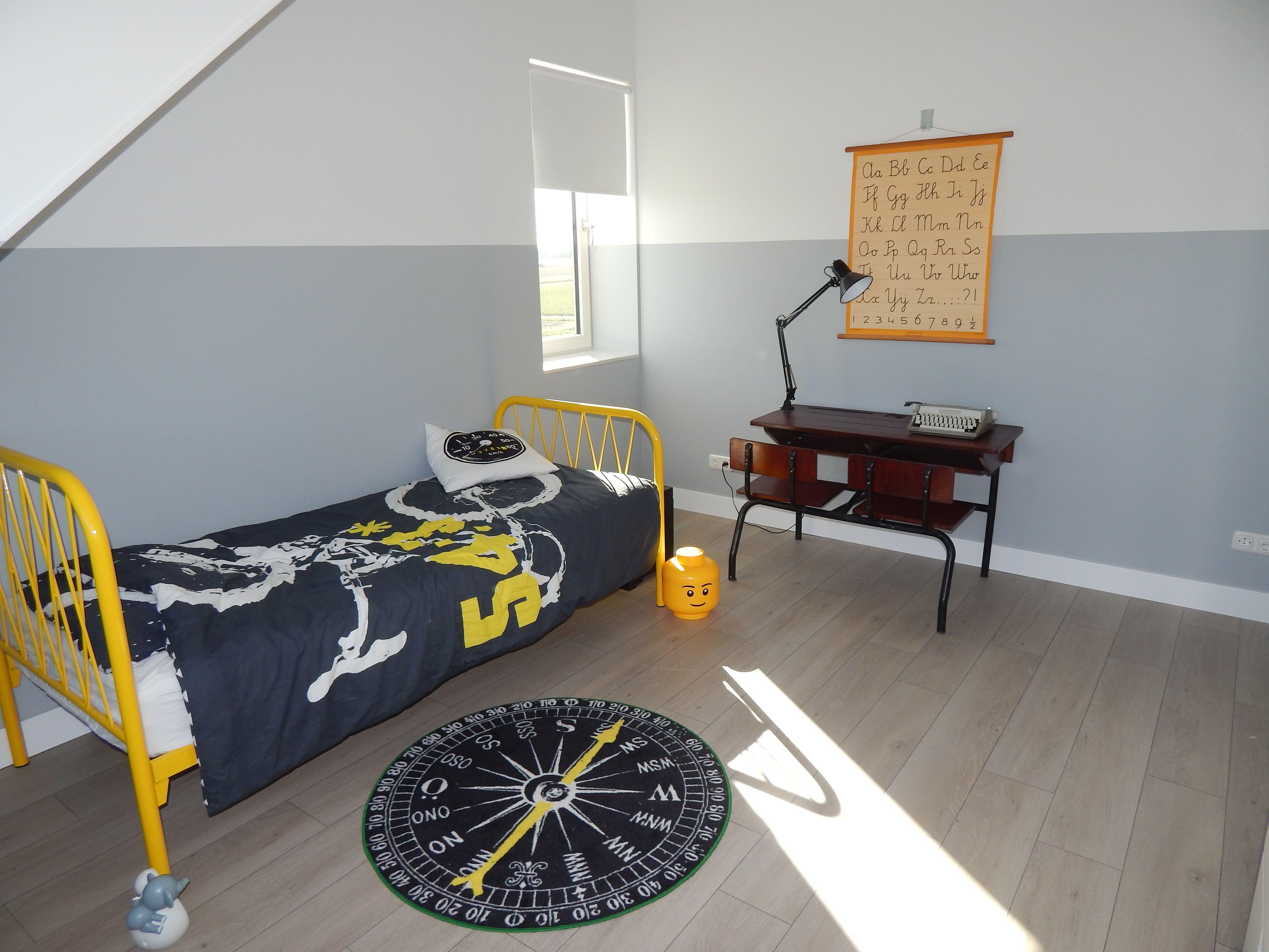 Step Met Licht : Jongenskamer met geel bed #lessenaar #schoolbank #schoolkaart en