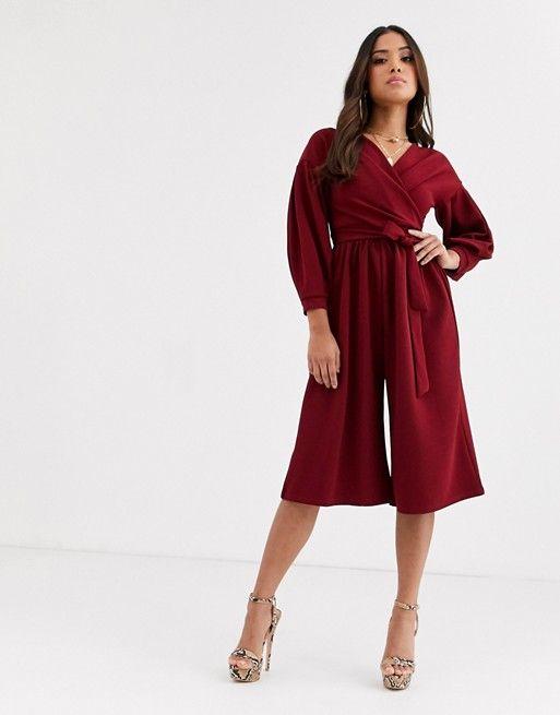 Boohoo Petite – Combinaison style jupe-culotte à épaules dénudées avec ceinture à la taille – Bordeaux