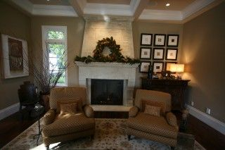 Pretty Even With An Unbalanced Room Window On One Side Holiday House Tours Simple Christmas Decor Fireplace Mantel Decor