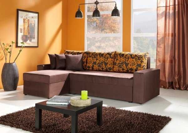 Las paredes naranja combinan muy bien con un mueble color marrn