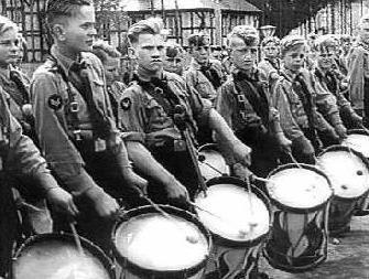 """Ca c'est une photo du les enfants qui est force d'attendre les """"rituals"""" du Hitler est ca represente comment Hitler a controle les enfants est force de pense que tous qu'il dire est correcte. Ca c'est avant que ce camp devient une """"death camp"""" (de Holocaust). La Canada n'avaient pas une partie du ces camps, meme quand les enfants a evade, la Canada seulement accepter 5,000 prisoner. Ce c'est une source primaire car ce photo est prends pendant la temps du'un rituel."""