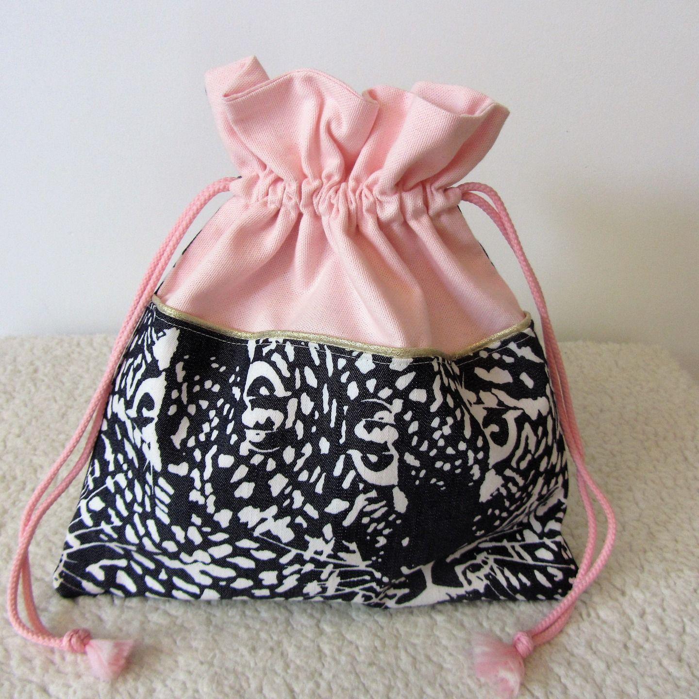 Très Pochon pour lingerie en tissu rose et tissu bleu imprimé panthère  SO95