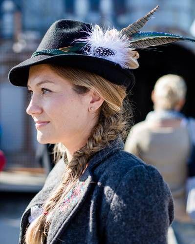 5c3ecc891e4102 Streetstyle Wiesn: Auch sehr beliebt bei den Damen: extravagante Hüte mit  ausladenden Federn. Das sieht aber auch toll aus!