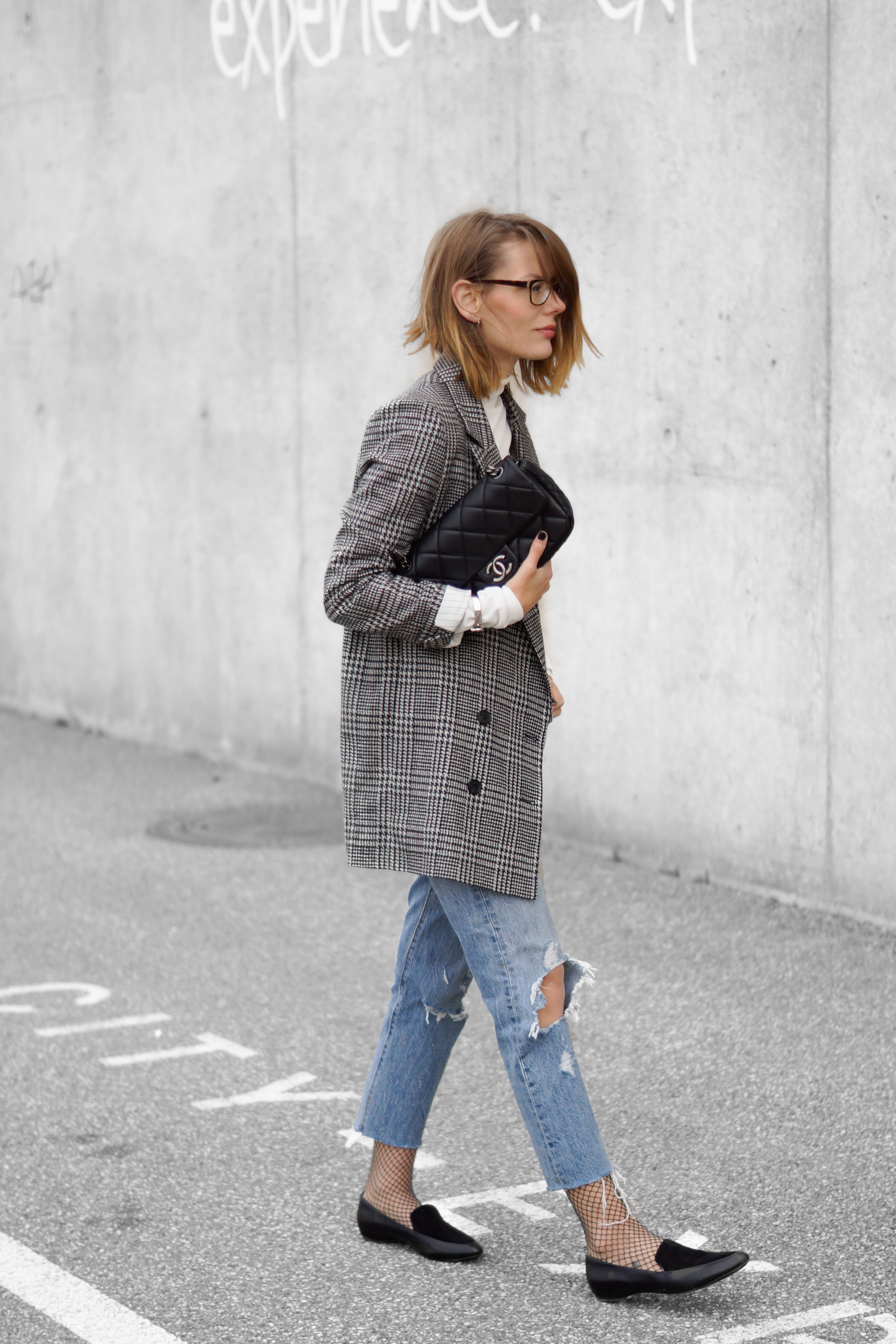 THE HOUNDSTOOTH CHECK BLAZER | h&m houndstooth check blazer, h&m turtleneck shirt, levi's 501CT denim, h&m fishnet socks, jukserei and pandora rings, tiffany&co and h&m bracelets, chanel bag, geox loafers